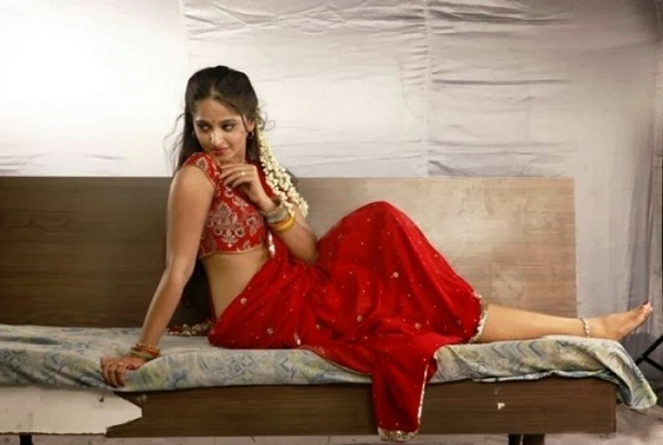 Anushka_shetty_Hot_red_Saree_bed