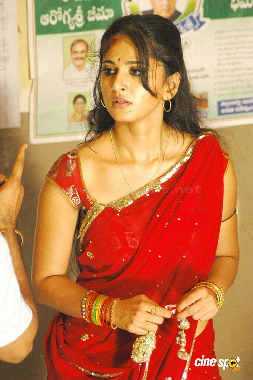 Anushka_Hot_red_Saree_vaanam