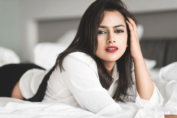 Shraddha Srinath Wiki, Husband, kiss, Photos, Height, Weight (1)