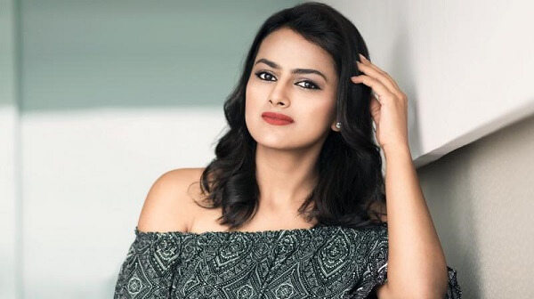 Shraddha Srinath Wiki, Husband, kiss, Photos, Height, Weight