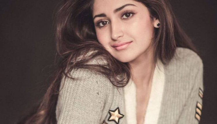 Sayyeshaa Saigal age, Height, weight, Husband, Body Size, Photos (1)
