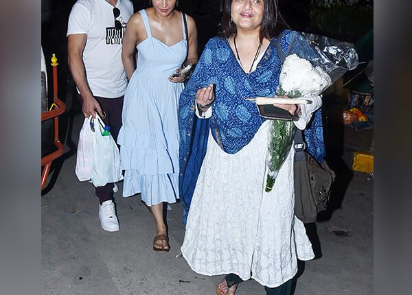 shruti-haasan-clicked-with-boyfriend-michael-corsale-and-mother-sarika